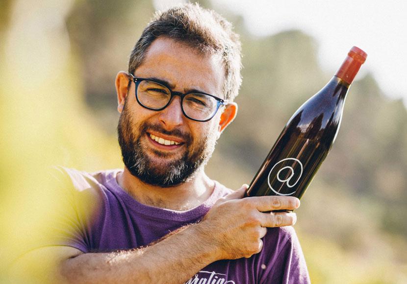 Iván con el vino Arroba